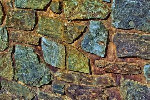 Groene aanslag op natuursteen verwijderen